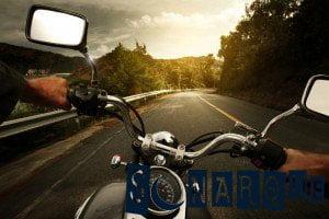 conduciendo una motocicleta