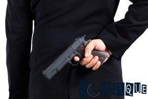 Soñar con sostener un arma