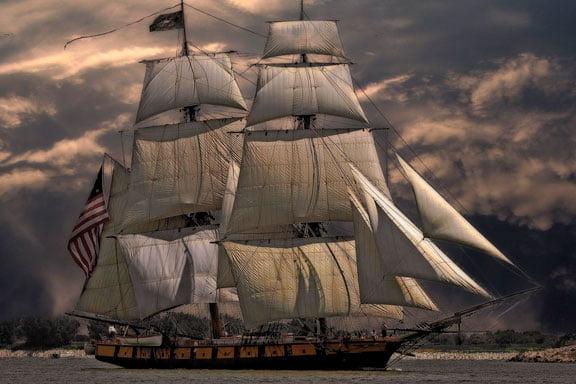 Soñar con un anciano en un barco con grandes velas