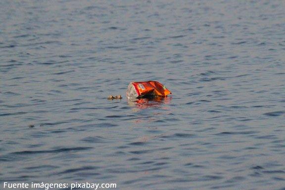 Soñar nadando en agua de mar sucia